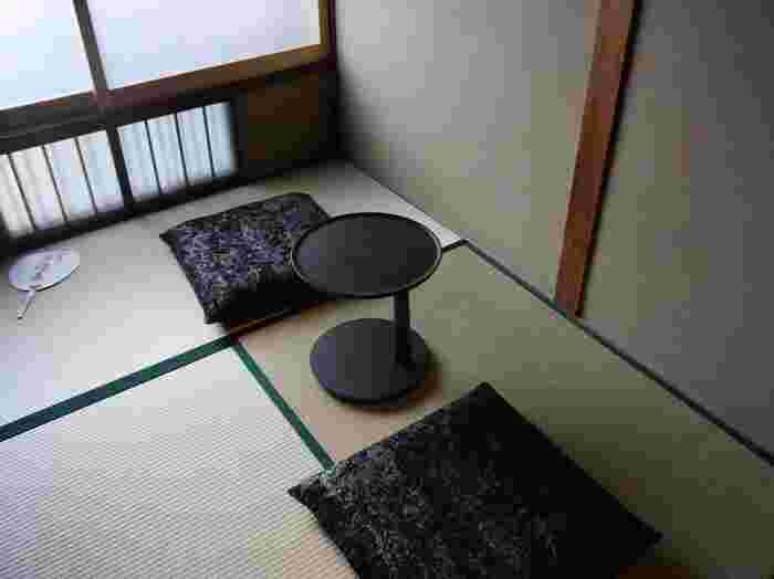 2階には和室の「座敷席」もあります。ふわふわのクッションでくつろいで。  混み合う時は「整理券」が配られる時も。 時間に余裕をもって訪れてみてくださいね。
