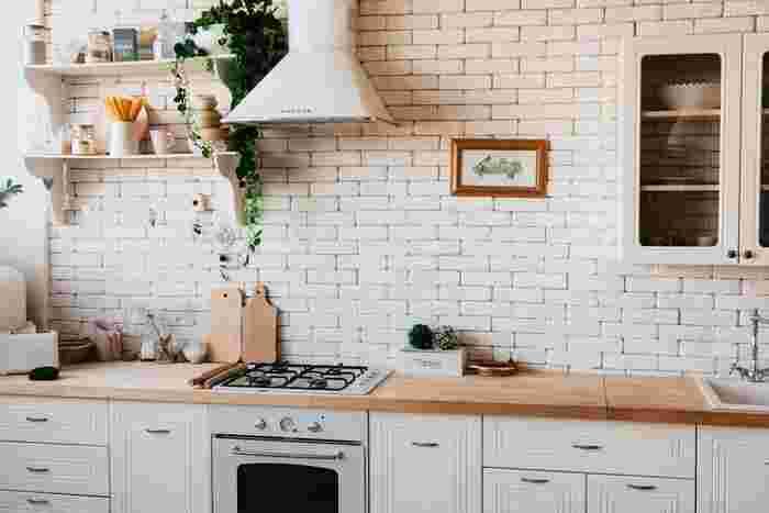 使い慣れたキッチン、ちょっとした不満をスルーしていませんか?楽しい料理は、スッキリとした使いやすいキッチンから。収納を見直すことで使い勝手が良くなり、掃除も楽になって一石二鳥です。人気ブロガーさんの実践例から、キッチンの収納や掃除のコツについて学んでいきましょう。