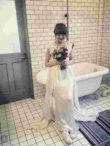 流れるドレープがとてもエレガントなドレスの足元は、コンバースで決まり!