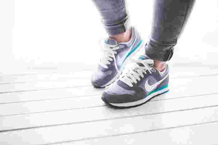 今日は歩くぞ!と決めた日は、スニーカーを履く、もしくは持ち物の中に入れておきましょう。短い距離だからこそ、しっかりと身体を動かす為、足元の準備は必須です。また、歩き終わる頃には、汗が流れるのでタオル類も首からかけるハンドタイプの物があると便利です。