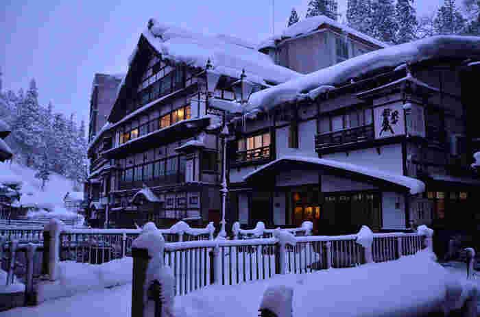 冬の銀山温泉。目の前に広がる壮大な雪景色は、寒さも一瞬、忘れるぐらい感動しそう!