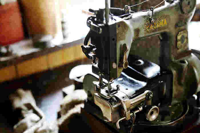 帽体縫い用の小さなミシンは、今ではもう製造されていない貴重なもの。工場では、自分たちでこれを改良しながら大切に使っています