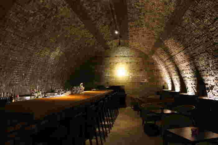 実際に土管が焼成されていた窯内部は、Barスペースとして生まれ変わっています。間接照明に照らされてキラキラと輝く壁は長い時間をかけて釉薬、灰、塩分が付着したものです。窯内部のBarスペースでは、常滑市の古窯が現役時代に活躍していた頃の名残を感じながら、ゆっくりとお料理やお酒をいただくことができます。
