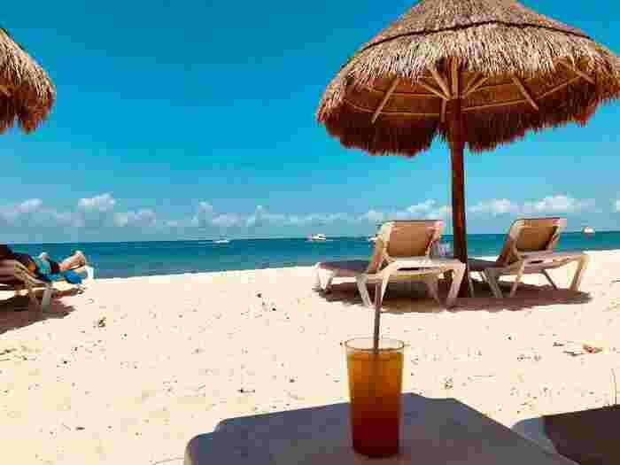 憧れの南の島のビーチリゾート。夏は水辺で本などを読みながらゆっくりとした時間を過ごしたいですよね。