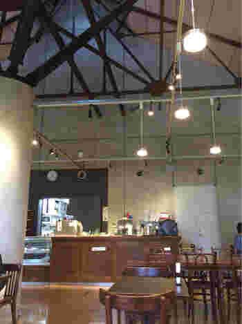 1階にある、赤煉瓦カフェアトリエ・ド・リーヴ。吹き抜けのある建物で、カフェメニューを楽しむことができるのも魅力ですね。