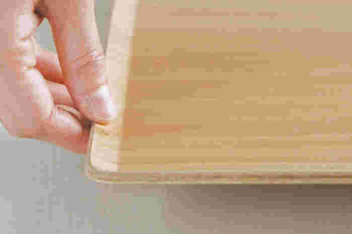 少し傾斜のついた縁は指にフィットしやすいので、持ち上げやすく、とても軽いので、持ち運びも楽チン。また、シンプルな四角い形状で厚みもないので狭いスペースに入りやすくて収納しやすいのも嬉しいポイントです。