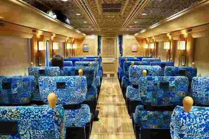 木の温もりが感じられる車内は、球磨産のヒノキや杉、八代産のイグサを使用しています。格子や灯りなど、ななつ星にも取り入れている「大川組子」の美しい装飾が魅力です。落ち着いた雰囲気でありながら豪華さもある、大人の旅にふさわしい列車です。