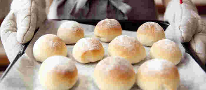 お家で作るパンの醍醐味はなんといっても焼き立てを味わえること!材料を混ぜて、生地をこねて、発酵を待って、焼き上げて...それぞれの工程で、子どもと一緒に、感触や香りを確認しながら進めてみると楽しいですよ。