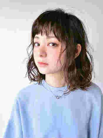 丸顔さんは透け感のある前髪か前髪なしにすると横幅のバランスがとれますよ◎。少しイメージチェンジをしたい時には、ウェット系のスタイリング剤でアレンジするのも縦のラインが強調されておすすめ。艶っぽさがプラスされて、大人っぽい雰囲気に仕上がります。