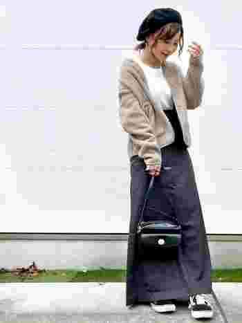 もちろんロングスカートとの相性も◎スポーティな印象のフリースを、バッグやベレー帽を使って女性らしい雰囲気にチェンジ。寒くなったらコートのインナーとしても使えますよ♪