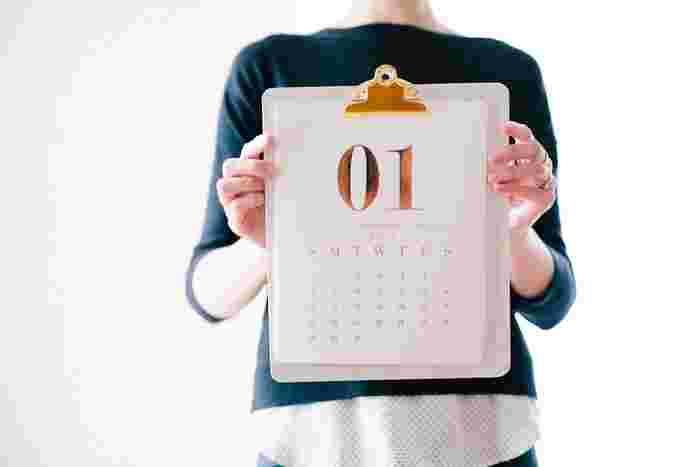 新しい年を気持ちよく迎えるために、年末に美容院に行く予定!という人は多いはず。でも、もしイメージチェンジを検討しているのであれば、失敗のリスクや馴染ませるまでの期間も少し確保しておくと、「ちょっとイメージと違った」「やっぱり違う前髪にチャレンジしたい!」と方向転換したくなったときに慌てずに済みますよ♪もし年末までに伸びてしまっても、前髪のみのカットであればサロンでも安価に切ってもらえますので、早めに前髪イメチェンを行いましょう!そして1月には新たな気持ちで素敵な新年を迎えてください。では早速ご紹介しますね。