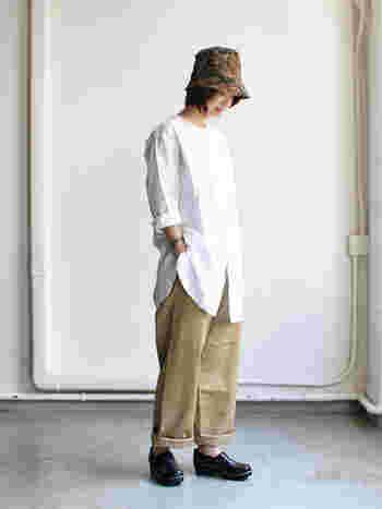 ノーカラーロングワークシャツは、ハリ感のあるコットン素材に、長めのスリットが入っていて、すらっと着こなせるアイテムですね。羽織りものとして活用しても◎です。