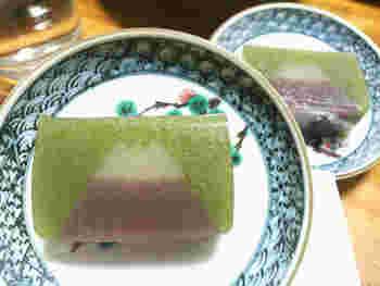 数ある和菓子の中でも、お土産に人気なのが富士山羊羹。北海道産の小豆を使用した抹茶味の羊羹は、断面に現れる富士山が美しい。四季折々を表現した富士山羊羹もあるから、訪れた際には是非チェックしてみてくださいね。