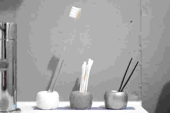 綿棒やピンセットなど、洗面所で使うアイテムの収納におすすめ。生活感のあるアイテムも、スタンドに立てればおしゃれに見えます!