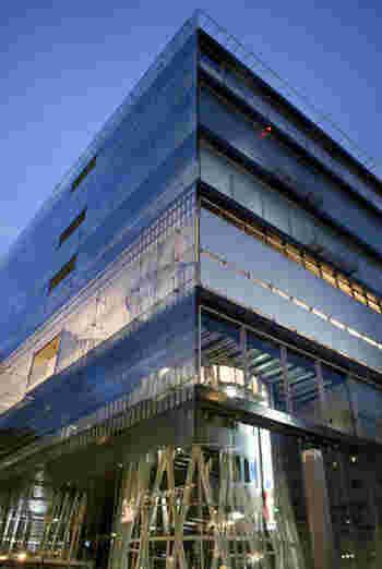 仙台市の定禅寺通りにある「せんだいメディアテーク」は、図書館、シアター、ギャラリー、市民活動スペースなどを有する複合文化施設で3~4階が市民図書館になっています。