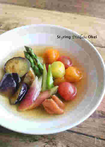 ミニトマト、アスパラ、ナス、ミョウガといった夏野菜を、梅干しをつぶしてだし汁と合わせる「梅だし」に漬けて1時間。夏バテ解消にぴったりのおひたしです!オクラも合いそうですね。