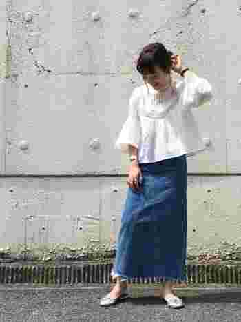 Leeの切りっぱなしデニムロングスカートは、Aラインがポイント!トップスも裾や袖が広がったデザインブラウスを合わせることで、統一感のある着こなしに。