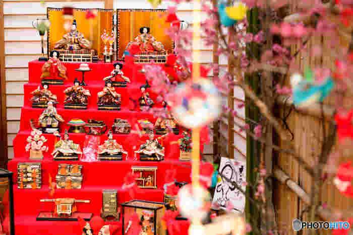 """まだまだ寒い日が続きますが、あたたかい春が待ち遠しですね…。春といえば""""ひな祭り""""。女の子にとっては、一年に一度の大切な日。お雛様をひとつひとつ飾り、桃のお花を飾って、ひな祭りのメニューを考えて…ひな祭りを迎えるまでの準備もまた楽しいひとときですよね…"""