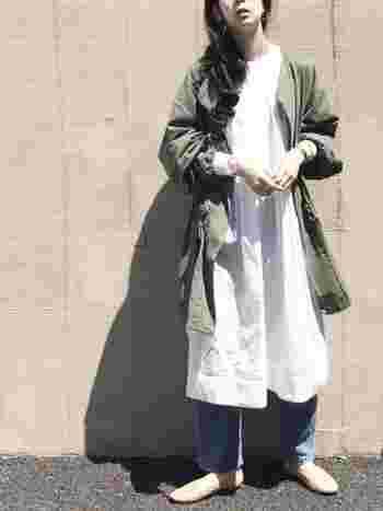 ノーカラーのコートは秋らしいカーキを選びましょう。足さばきしやすい膝上丈で、白いワンピースとの丈感に段差を付けるとコーディネートに動きが出て、レイヤードをいつも以上に楽しめます。
