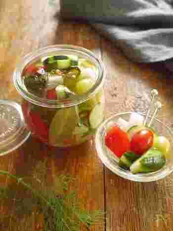 ディルの個性が存分に発揮されるのが、ピクルスです。酸っぱさや塩気を抑えて、さっぱりと仕上げてくれるのがディルの役目。冷蔵庫にある身近な野菜を漬け込んでみて。
