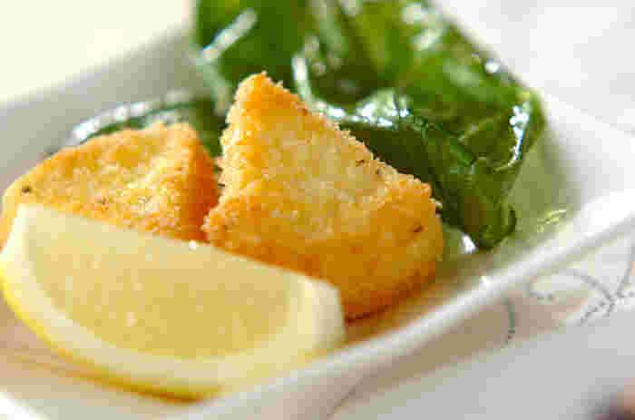 カマンベールチーズにパン粉をつけて揚げます。揚げたてはとろりとチーズがとろけ、堪らない美味しさ。添えられているのは、素揚げしたバジルの葉。 いちごジャムをつけても美味しいですよ。