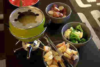 チーズフォンデュのソースはどんな素材でも相性抜群です。パンやジャガイモといった定番の素材のほか、ブロッコリー、ニンジンなどの温野菜と一緒に食べるのもおすすめです。