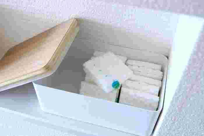 スチールの白にウッディな蓋が映える収納ボックスには、流せるトイレブラシの替えブラシを収納。生活感を隠すことができて、すっきり見えます。