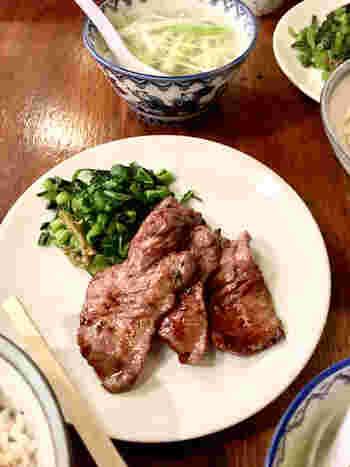 スライスされたタンの一枚一枚に、食べやすいよう包丁で筋が入れられており、伝統の味を技を守り続けて来た仙台牛タン発祥の店ならではの味をいただけます。