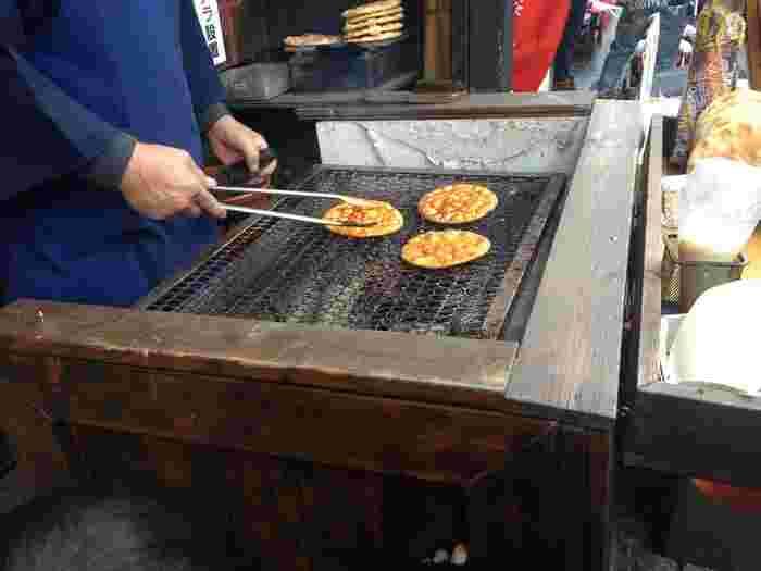 醤油を塗ったお煎餅を網であぶると、香ばしさがただよってきます。甘いものを食べた後は、しょっぱい味が恋しくなりますね。