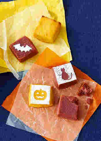 サツマイモ、卵黄、ラム酒が入った、2色のスイートポテトキューブ。オレンジ色はかぼちゃパウダー、もう1色は紫芋パウダーで作っており、仕上げに好みの模様に切り抜いた型紙を置いたら、茶こしで粉糖をふるだけで、あっという間にキュートなハロウィン仕立てのスイーツに。