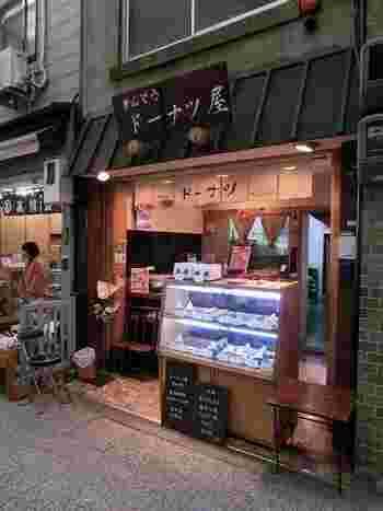 出町柳駅から歩いて数分ほど、出町桝形商店街の中にあるドーナツ屋さん「きんぞう」。商店街を入ってすぐのところにありますよ。