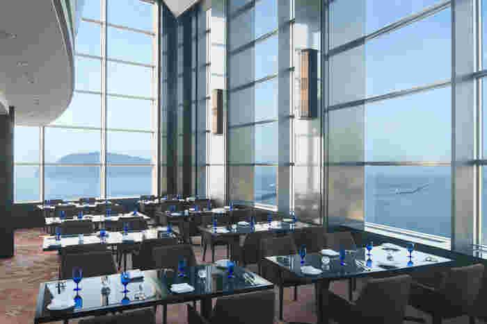 天井が高く、大きな窓が開放的な店内。高松港や高松の街をよく見渡せます。
