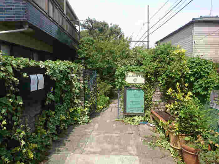 江ノ電和田塚駅と由比ヶ浜駅のちょうど中間地点、由比ヶ浜通りを歩いた場合は六地蔵の交差点付近に位置する隠れ家的お茶屋さんがこちらの「茶房 空花」です。