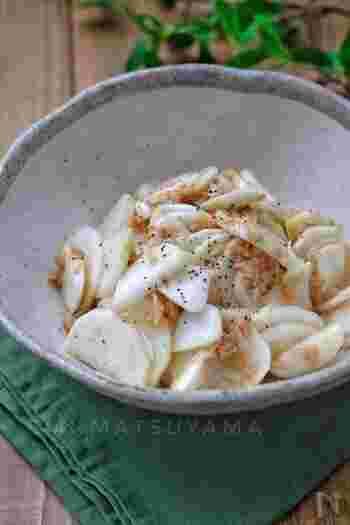 ツナでコクをプラスし、お酢でさっぱり頂けるサラダです。薄切りにしたかぶ、ツナ、調味料を混ぜ、30分以上漬けて味を馴染ませます。箸休めにぜひ!