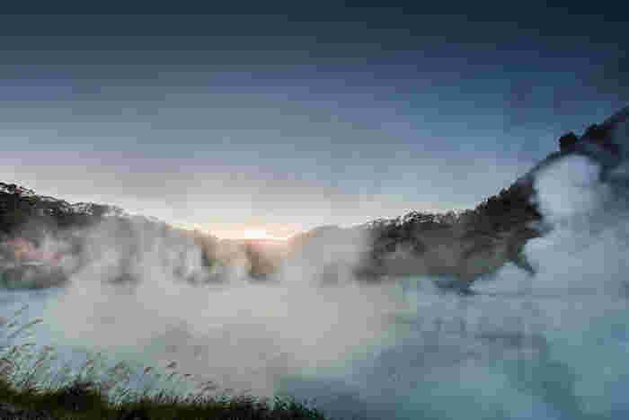 全国でも有名な、北海道を代表する温泉地。泉質は何と9種類もある、世界でも珍しい温泉です。登別温泉自体が観光地で、源泉が湧き出す「登別地獄谷」や「大湯沼」などの景勝地をはじめ、愛らしいクマがショーなどを見せてくれる「のぼりべつクマ牧場」や「登別伊達時代村」など観光スポットが豊富です。 ♨ 泉質:硫黄泉、食塩泉、明ばん泉、芒硝泉(硫酸塩泉)、緑ばん泉、鉄泉、酸性鉄泉、重曹泉、ラジウム泉 ♨ 硫黄泉にあると言われている効能:肌の殺菌、角質やメラニン色素の解消