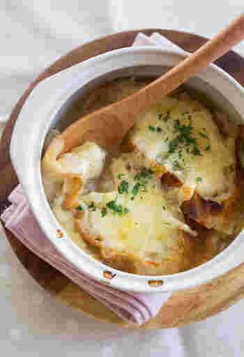 寒い朝におすすめの、オニオングラタンスープ。  前日に仕込んでおけば、朝はトースターで焼くだけでOK。じっくり炒めたたまねぎの甘みと、とろけるようなフランスパン。香ばしいチーズの組み合わせで、体の奥から温かく、幸せな気持ちになれますよ♪