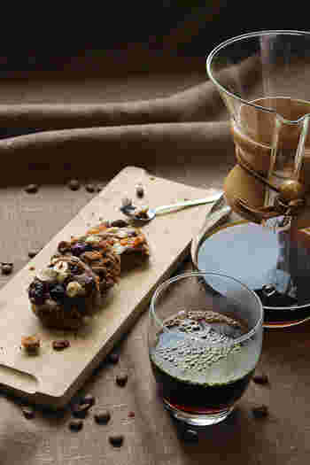 ドライフルーツやナッツとチョコレートの組み合わせで作るレシピなら、ワインなどのお酒にもあいそうなおつまみスイーツに。