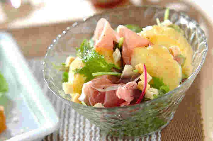 食欲があまりないときでも食べやすいのがフルーツを使ったサラダです。マンゴーと生ハムが絡みあい、甘味と塩気のどちらも味わうことができるさっぱりサラダに仕上がりました。