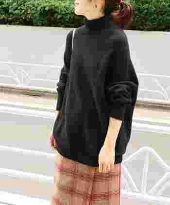 「ハイネック」は、タートルニットよりも首元の長さが短く折り返さずに着られるものです。一般的な衣服に比べて首元が長いですが、タートルネックほど長くはないものと認識していただくといいかもしれません。