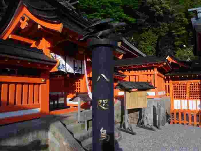 境内には八咫烏の銅像もあります。ほかにも、「烏みくじ」や御札などにもモチーフとして八咫烏があしらわれています。 また、熊野の神様のお使いとされている八咫烏にちなんで、勝守(かちまもり)という勝負事のお守りもあります。