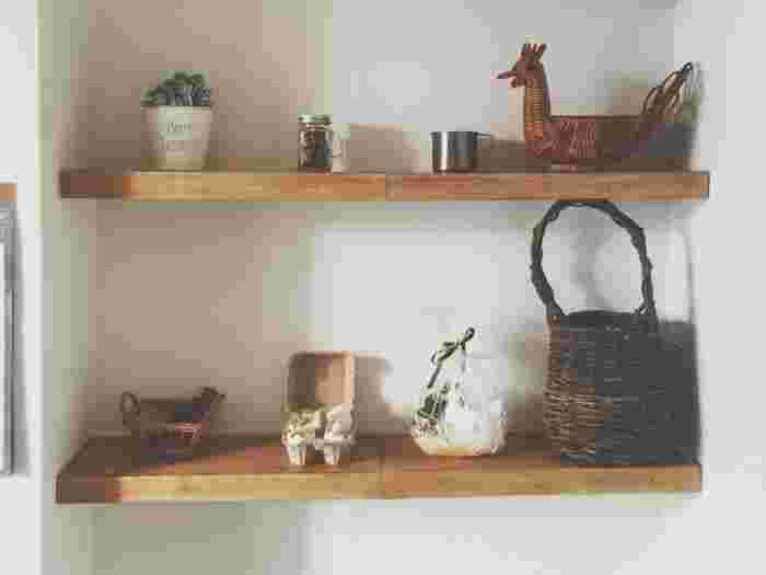 つっぱり棒、木材、接着剤だけで作れる収納棚。すべて100均の材料でOKです!つっぱり棒を強度のあるものにすれば、本棚などにしてもOK。アンティークワックスを塗れば、味わいが出てさらに本格的になりますよ。
