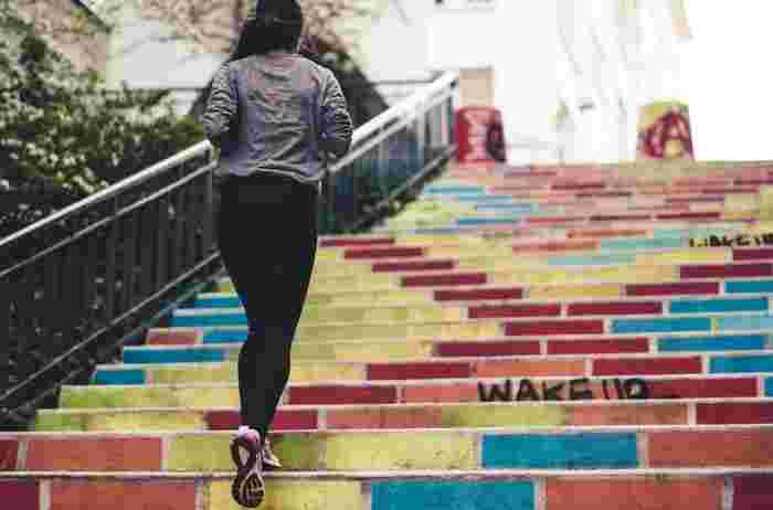積極的に運動をしていると、体が温まり、肌細胞の活性化にもよいと言われています。とはいうものの、忙しい毎日の中に運動を取り入れるのはなかなか難しいもの。そんなときは、階段を使うことを心がけてみましょう。毎日エスカレーターを使わず階段を選んでいると、意外なほどの運動量になります。