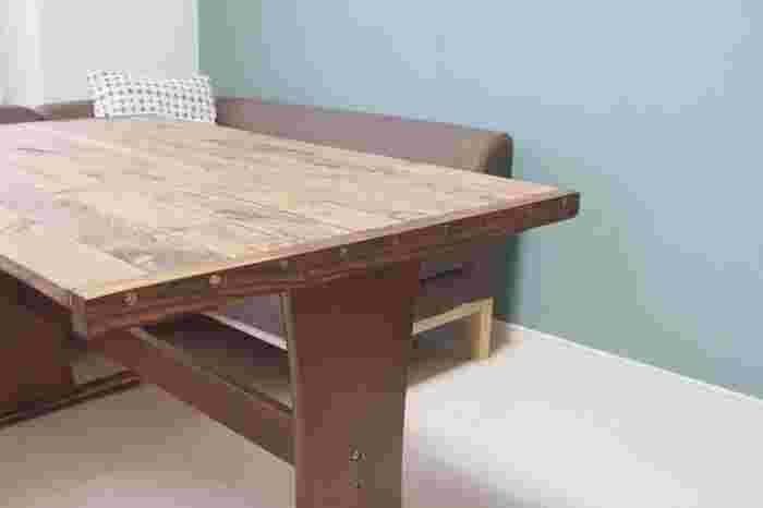 そこで、お手持ちのダイニングテーブルやローテーブルの天板や脚を、DIYでよみがえらせてみませんか? 木材の種類にこだわってもいいですし、古材や端材、足場板をペイントしても◎ よりお家のインテリアに合った、こだわりのテーブルに仕上げられますよ。