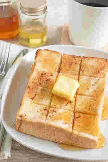 ほんのり香るココナッツとはちみつの相性が抜群! いつものトーストに切り込みを入れるだけで、はちみつ&バターがしっかりと染み込むので、さらにおいしさUPです。