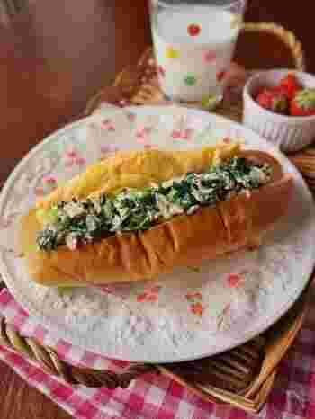 ツナと小松菜を合わせ、オムレツも添えたお惣菜コッペパン。栄養バランスに優れ、朝食にもおすすめです。
