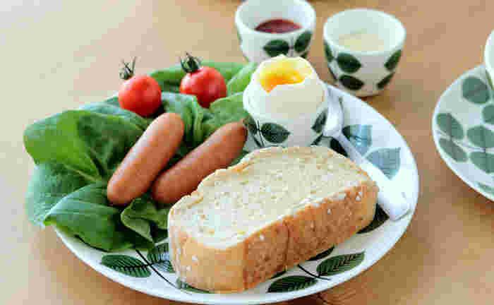 いきいきとした緑の柄には、鮮やかなサラダをプラスしてみましょう。元気の出そうな朝食シーンです♪