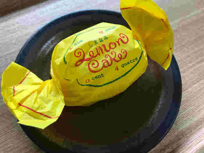 東京都目黒の「パティスリー1904」の人気商品「しまなみレモンケーキ」は、化学農薬や除草剤を使用せずに育てられた岩城島のしまなみレモンを使って作られています。キャンディのような黄色の包みがレトロで、見た目からほっこり懐かしい気持ちに。