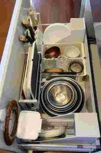 縁の下、ならぬシンク下の力持ち!料理の下準備に使用するアイテムは、カタチがバラバラのものが多め。取り出しやすさよりも、小さく区切ってそれぞれのアイテムが属する場所をはっきり分けるのがおすすめ。