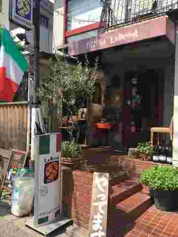 契約農家の新鮮野菜と産地直送の魚介など、旬の新鮮な食材を使った料理が並ぶ「ラ・ベファーナ」。東京都内に3店舗が展開されており、下北沢店は下北沢駅西口から歩いてすぐに見えます。