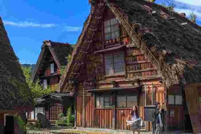 急勾配の茅葺きの屋根が特徴的な木造家屋「合掌造り」。その名称の由来は、掌を合わせたような三角の形に組む丸太組みのことを「合掌」と呼ぶことから来たと言われています。
